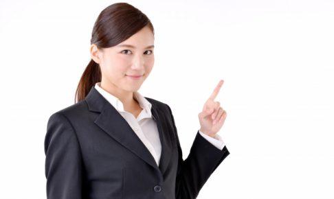 内定辞退について解説する女性