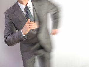 スーツで走る男性の画像
