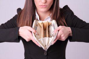 財布が空の女性