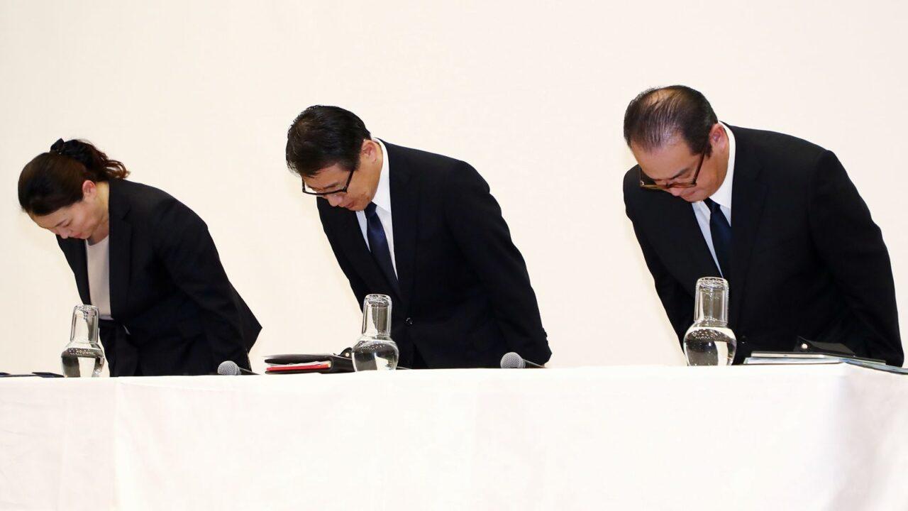 中央で頭を下げるセブン-イレブン・ジャパンの永松文彦社長